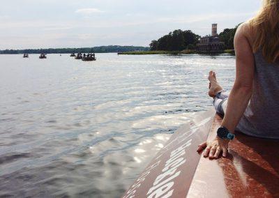 Frau sitz auf Dach von Floß