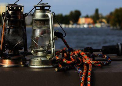 Petroleumlampen und Leine auf Floß