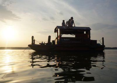 Floß-Ankerplatz auf See